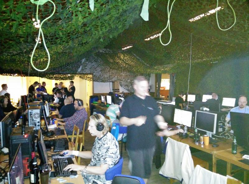 Några lirar för fullt på sin platser medan ett gäng samlar sig kring Oculus Rift i bakgrund till vänster. Klart spännande på Gubbklubbens Halloween-LAN 2014